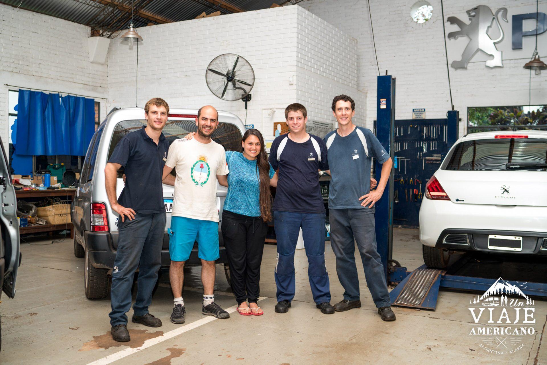 Sonriendo junto al equipo de Mecánicos de Seewald y Cia de Puerto Rico, Misiones.